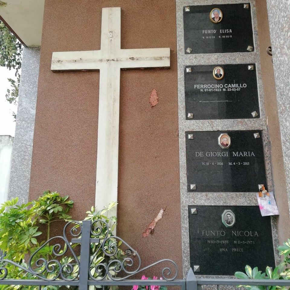 La tomba da cui è stato asportato il crocifisso