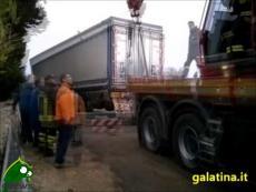 Galatina. Un Tir sprofonda nell'asfalto, intervengono i Vigili del Fuoco