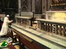 Papa Francesco prega su tomba Giovanni Paolo II e nella Necropoli