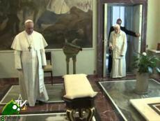 """Papa Francesco abbraccia Benedetto XVI: """"siamo fratelli"""""""
